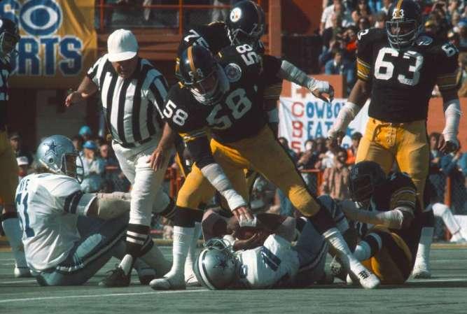Jack Lambert 58 de los Pittsburgh Steelers taclea a Preston Pearson 26